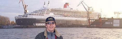 ich vor der Queen Mary 2